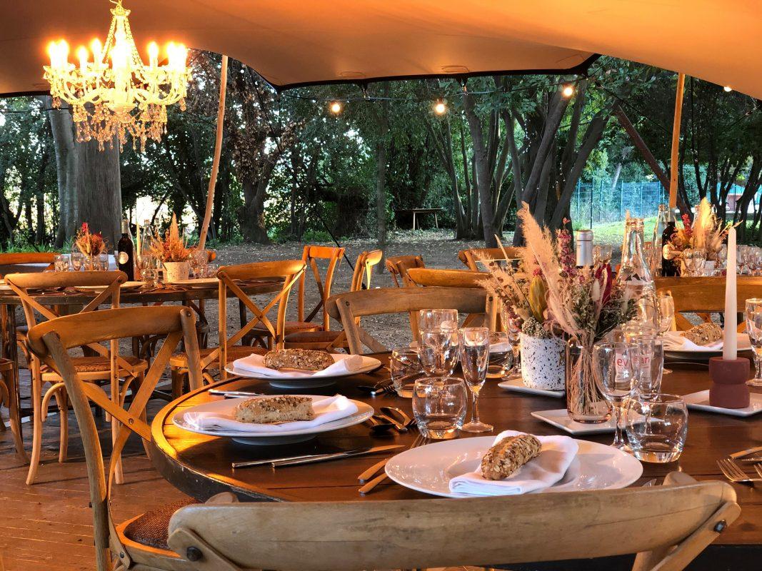 lustre suspendu lumière location mariage repas extérieur sud de France traiteur location décoration