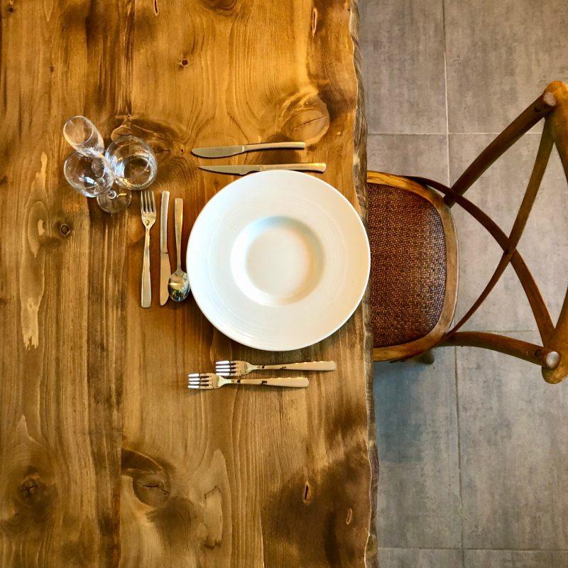 table bois mariage repas traiteur Montpellier Hérault Gard chaises bistrot
