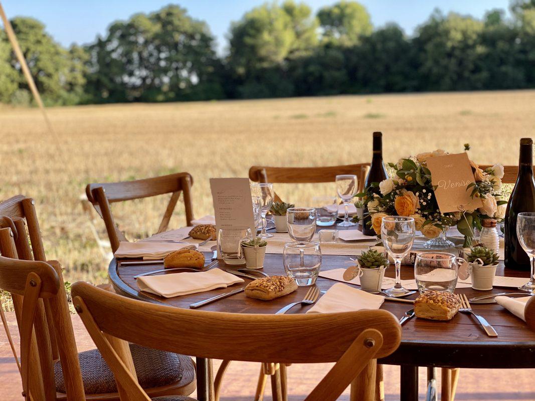 Repas en extérieur mariage table ronde chaise bistrot traiteur Beziers nimes Montpellier
